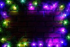 Guirnalda y guirnaldas de bombillas coloreadas Fondo de la Navidad con las luces y el espacio del texto libre Frontera de las luc Imagen de archivo libre de regalías