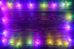Guirnalda y guirnaldas de bombillas coloreadas La Navidad Fotos de archivo