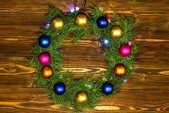 Guirnalda y guirnaldas de bombillas coloreadas La Navidad Imagen de archivo