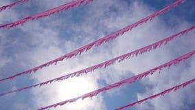 Guirnalda y malla festivas contra el cielo azul metrajes