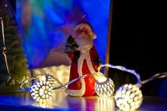 Guirnalda y Papá Noel de la Navidad Fotografía de archivo libre de regalías