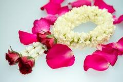 Guirnalda y rosas del jazmín Foto de archivo