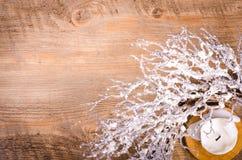 Guirnalda y vela, decoración de la Navidad del Año Nuevo Imagen de archivo