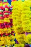 Guirnaldas coloridas de la flor de la maravilla para la ceremonia religiosa hindú Imagen de archivo