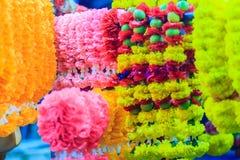 Guirnaldas coloridas de la flor de la maravilla para la ceremonia religiosa hindú Foto de archivo libre de regalías