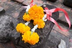 Guirnaldas de la flor en un templo Imagenes de archivo