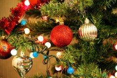 Guirnaldas de la iluminación y juguetes de la Navidad en el árbol de navidad Fotos de archivo