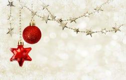Guirnaldas de la Navidad con las estrellas y las decoraciones rojas Foto de archivo libre de regalías