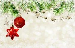Guirnaldas de la Navidad con las estrellas y las decoraciones rojas Imagen de archivo libre de regalías