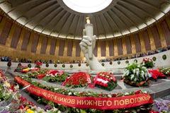 Guirnaldas de las flores que ponen en el monumento de la llama eterna i Imagen de archivo