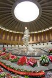 Guirnaldas de las flores que ponen en el monumento de la llama eterna i Fotos de archivo