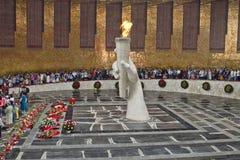 Guirnaldas de las flores que ponen en el monumento de la llama eterna i Foto de archivo