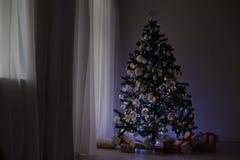 Guirnaldas de luces en un árbol de navidad para la decoración de la Navidad Imagen de archivo libre de regalías
