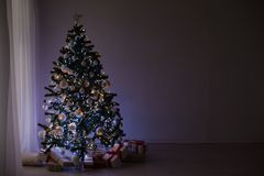 Guirnaldas de luces en un árbol de navidad para la decoración de la Navidad Foto de archivo libre de regalías