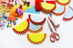 Guirnaldas de papel mexicanas que adornan Bandera tradicional colorida del picado de Cinco De Mayo festiva