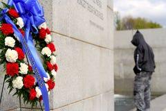 Guirnaldas en el monumento de WWII Imagenes de archivo