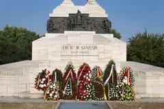 Guirnaldas en el monumento sanitario de los héroes Imagen de archivo libre de regalías