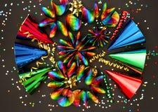 Guirnaldas, flámula, sombreros y confeti coloridos Fotografía de archivo libre de regalías