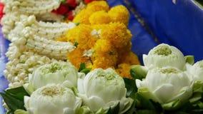 Guirnaldas florales para el altar Guirnaldas clasificadas de la flor para el sacrificio ritual en venta puesto en parada del merc almacen de metraje de vídeo