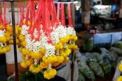 Guirnaldas tailandesas en el mercado Fotos de archivo libres de regalías