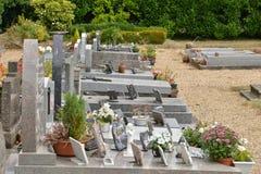 Guiry en Vexin, Frankreich - 8. August 2015: der Kirchhof Lizenzfreie Stockfotos