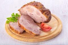 Guisado da carne de porco na placa de madeira no fundo branco Fotografia de Stock Royalty Free