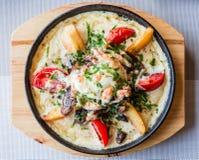 Guisado da língua, dos cogumelos e das batatas no molho de queijo creme com tomates e ervas Restaurante da restauração imagem de stock