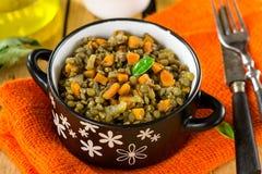Guisado da lentilha com cenouras, aipo e os tomates secados Imagens de Stock Royalty Free