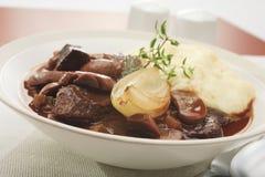 Guisado de carne de vaca con la cebolla y la patata triturada puré Imagen de archivo libre de regalías