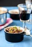 Guisado de carne francês clássico do bourguignon de Boeuf na tabela azul com a Imagens de Stock Royalty Free