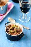 Guisado de carne francês clássico do bourguignon de Boeuf na tabela azul com a Foto de Stock