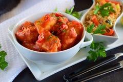 Guisado de galinha com molho de tomate do abacaxi e do pimentão em uma bacia branca imagem de stock royalty free