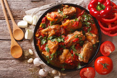 Guisado de galinha com vegetais em um close-up da tabela parte superior horizontal Imagem de Stock