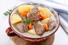 Guisado de la carne con las patatas y las zanahorias Sopa de cocido húngaro imágenes de archivo libres de regalías