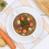 Guisado de la sopa de lenteja con las lentejas en cuenco desde arriba de la consumición sana Foto de archivo libre de regalías