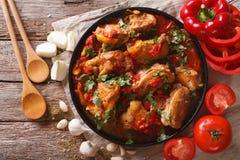 Guisado de pollo con las verduras en un primer de la tabla top horizontal Imagen de archivo
