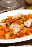 Guisado de turquia com os vegetais no prato branco no fundo de madeira Fotografia de Stock Royalty Free