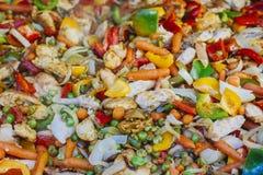 Guisado de Vegatable con el pollo, zanahoria, guisantes verdes, paprika fotos de archivo