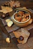 Guisado del cerdo con las castañas y las hojas de otoño Imagen de archivo