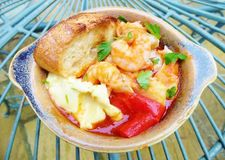 Guisado francês do camarão com Aeoli e o grande pão torrado fotografia de stock