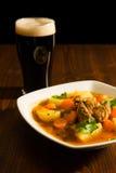 Guisado irlandés tradicional y una pinta de cerveza Imágenes de archivo libres de regalías