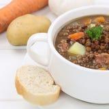 Guisado sano de la sopa de lenteja de la consumición con el primer de las lentejas Imagen de archivo libre de regalías