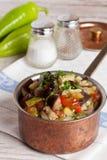 Guisado vegetal delicioso en una cacerola Foto de archivo