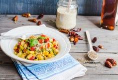 Guisado vegetal do vegetariano com ervilhas e milho, caril, ruído saudável Fotos de Stock