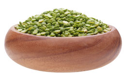 Guisante verde en taza de madera Imagen de archivo libre de regalías