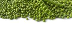Guisante verde fresco en la vaina en el fondo blanco Imagen de archivo