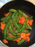 Guisante verde y zanahoria fritos Foto de archivo libre de regalías
