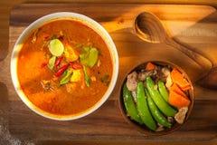 Guisantes de nieve del cerdo y del sofrito del curry del coco con la zanahoria con Shiit Fotos de archivo