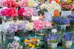 Guisantes de olor, manzanilla, aciano y otras flores imagenes de archivo