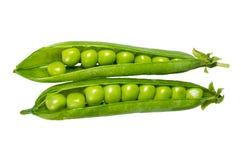 Guisantes en una vaina verde aislada Imagenes de archivo